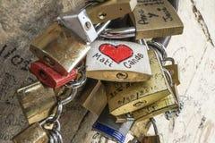 Cadenas de symbole d'amour accrochés sur le mur Photos libres de droits