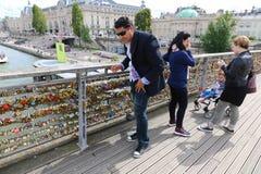 Cadenas de touristes et d'amour, Paris Image libre de droits