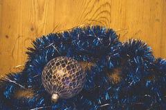 Cadenas decorativas de la Navidad azul que ponen en contraste y bola de cristal azul Imagen de archivo