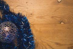 Cadenas decorativas de la Navidad azul que ponen en contraste y bola de cristal azul Imagenes de archivo