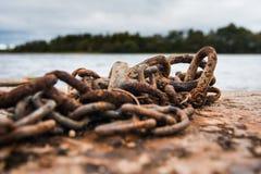 Cadenas del amarre al borde de un lago Imagen de archivo