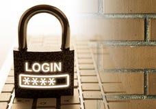 Cadenas durable avec l'ouverture de mot de passe sur le clavier d'ordinateur avec la sécurité d'Internet de mur de briques image libre de droits