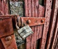 Cadenas en acier sur la porte rouge images stock
