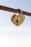 Cadenas en forme de coeur d'or Photographie stock
