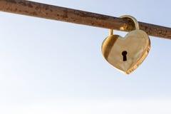 Cadenas en forme de coeur d'or Photographie stock libre de droits
