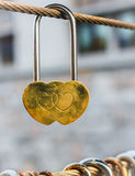 Cadenas en forme de coeur d'or pendant de la ficelle Images stock