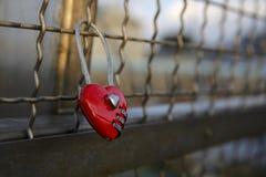 Cadenas en forme de coeur rouge d'amour Images libres de droits