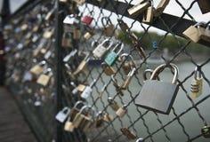 Cadenas et amour sur la passerelle de Paris Image libre de droits