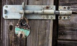 Cadenas et verrou rouillés sur la vieille porte en bois image stock