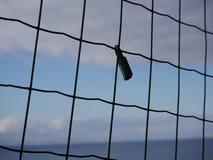Cadenas fixé à une barrière de grillage Photos libres de droits