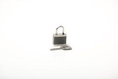 Cadenas gris avec la clé Image stock