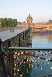 Cadenas inscrits d'amour sur le pont de Pont des Arts à Paris Photo libre de droits
