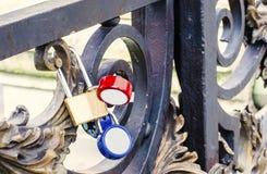 Cadenas lumineux fermant à clef dans l'amour sur le pont Images stock