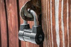 Cadenas puissant sur la vieille porte en bois Texture, fond, concept images libres de droits