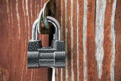 Cadenas puissant sur la vieille porte en bois Texture, fond, concept images stock