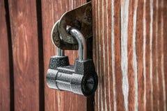 Cadenas puissant sur la vieille porte en bois Texture, fond, concept photos stock