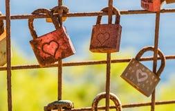 Cadenas romantiques d'amour avec des coeurs Images stock