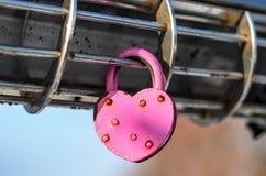 Cadenas rose sous forme de coeur Photo stock