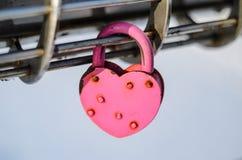 Cadenas rose sous forme de coeur Images libres de droits