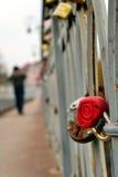 Cadenas rouge de coeur d'amour sur la passerelle. Image stock