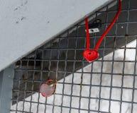 Cadenas rouge de serrure de coeur le Saint Valentin roman c d'amour de barrière Photos stock