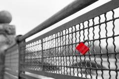 Cadenas rouge de serrure d'amour avec le symbole de coeur de l'amour incassable Photographie stock