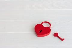Cadenas rouge en forme de coeur avec la clé Photo stock