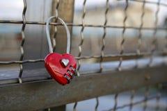 Cadenas rouge en forme de coeur d'amour enchaîné au pont Photos stock
