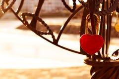 Cadenas rouge ensoleillé dans la forme d'un coeur photos stock