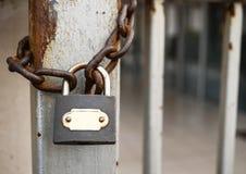 Cadenas rouillé sur la porte fermée de fer photographie stock libre de droits