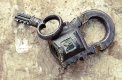 Cadenas russe de vintage avec la clé sur un fond des pierres Photo libre de droits