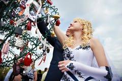 Cadenas s'arrêtant heureux de mariée et de marié Images libres de droits