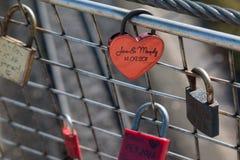 Cadenas sales d'amour avec la décoration de coeur Photographie stock