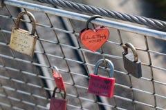 Cadenas sales d'amour avec la décoration de coeur Photos libres de droits