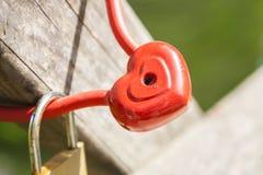 Cadenas sous forme de coeurs, coeur rouge en métal Images libres de droits
