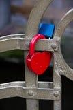 Cadenas sur la barrière à Prague, symbole de l'amour Image libre de droits
