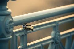 Cadenas sur la barrière, symbole de l'amour Photos stock