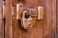 Cadenas sur la porte en bois photo stock