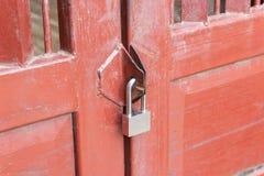 cadenas sur la porte pour la porte en bois photographie stock libre de droits