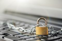 Cadenas sur le clavier d'ordinateur Sécurité de réseau, protection des données et PC de protection d'antivirus image stock