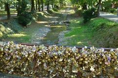 Cadenas sur le pont de l'amour et du ruisseau Image libre de droits
