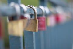 Cadenas sur le pont - symbole d'amour Photos libres de droits