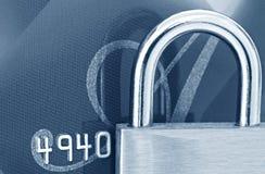 Cadenas sur par la carte de crédit images libres de droits