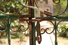Cadenas sur une barrière de barres de fer Photos stock
