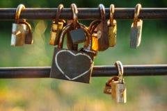 Cadenas sur une barrière de jardin de fil Amour Amitié Images libres de droits