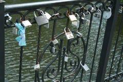 Cadenas, symboles de l'amour en parc, Brest, Belarus Images stock