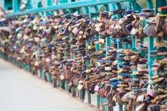 Cadenas symboliques d'amour fixes aux pêches à la traîne de la passerelle de grunwaldzki, Wroclaw, Pologne Profondeur de champ et Images libres de droits