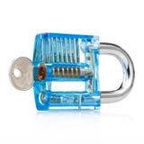 Cadenas transparent et clés de couleur bleue d'isolement sur le blanc photos stock