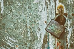 Cadenas verrouillé sur le fond grunge en métal Images stock