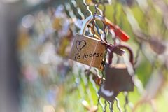 Cadenas verrouillé sur un pont écrit avec le ` de ` de mots je t'aime dans le Roumain photos libres de droits